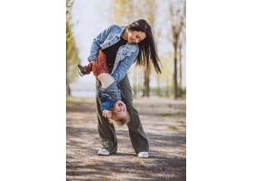母亲和她的小儿子在公园里玩得很开心_4758290