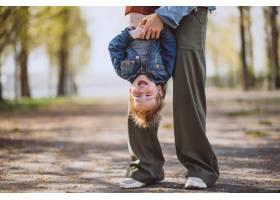 母亲和她的小儿子在公园里玩得很开心_4758291