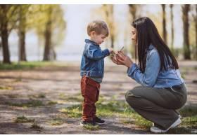 母亲和她的小儿子在公园里玩得很开心_4758292