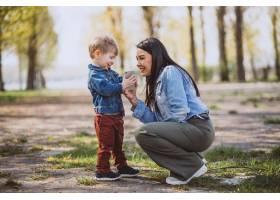 母亲和她的小儿子在公园里玩得很开心_4758293