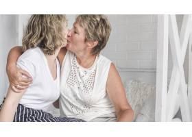 母亲在家中亲吻女儿的肖像_5061082