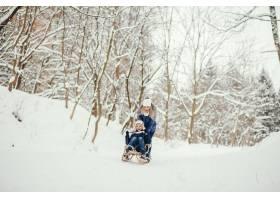 母亲带着可爱的儿子在冬橡树里_4062729
