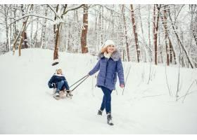 母亲带着可爱的儿子在冬橡树里_4062730