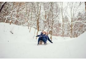 母亲带着可爱的儿子在冬橡树里_4062731