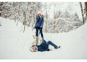 母亲带着可爱的儿子在冬橡树里_4062733