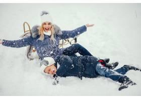 母亲带着可爱的儿子在冬橡树里_4062734