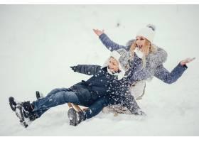 母亲带着可爱的儿子在冬橡树里_4062736