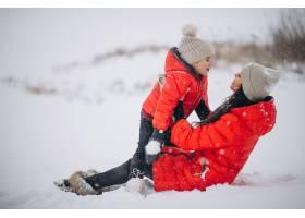 母女俩在冬日公园玩耍_3962718