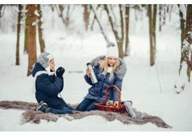 母亲带着可爱的儿子在冬橡树里_4062737