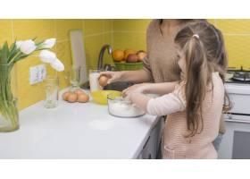 母女俩在厨房做饭_3957428