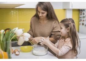 母女俩在厨房做饭_3967086
