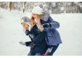 母亲带着可爱的儿子在冬橡树里_4062749