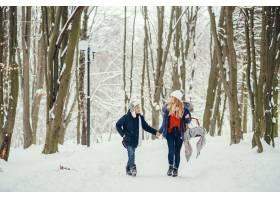 母亲带着可爱的儿子在冬橡树里_4062751
