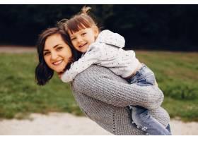 母亲带着女儿在夏季公园玩耍_4184128
