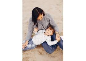 母亲带着女儿在夏季公园玩耍_4184164
