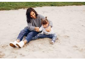 母亲带着女儿在夏季公园玩耍_4184233