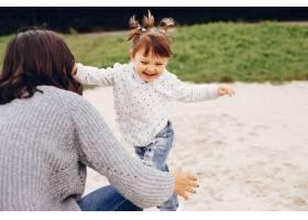 母亲带着女儿在夏季公园玩耍_4184489