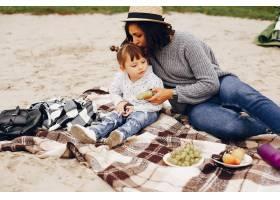 母亲带着女儿在夏季公园玩耍_4184593
