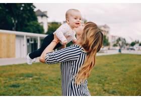 母亲带着女儿在夏季公园玩耍_4201683