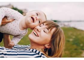 母亲带着女儿在夏季公园玩耍_4201685