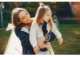 母亲带着女儿在夏季公园玩耍_4381490