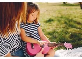 母亲带着女儿在夏季公园玩耍_4381968