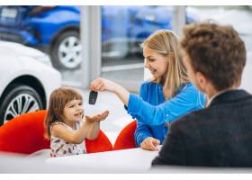 母亲带着女儿在汽车展厅买车_5157739