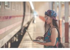 游客看着平板电脑搜索旅游景点_4833249