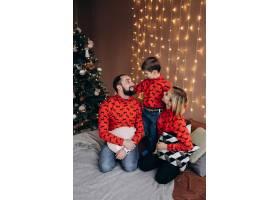 漂亮的父母和他们穿着红色毛衣的小儿子在洗_3987027