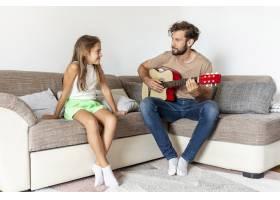 父亲为女儿弹吉他_5179611
