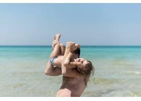 父亲和儿子在海边玩耍_4935836