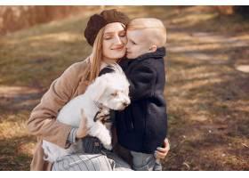 母亲和儿子在公园里玩耍_4587457