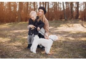 母亲和儿子在公园里玩耍_4587458