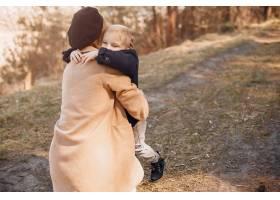 母亲和儿子在公园里玩耍_4587484