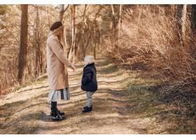 母亲和儿子在公园里玩耍_4587487