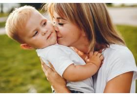母亲和儿子在夏季公园里玩耍_4184861