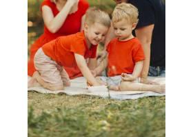 快乐的兄弟姐妹在外面玩耍_4961148