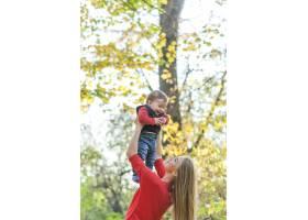 快乐的妈妈带着小男孩玩耍_5253331