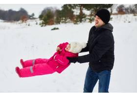 快乐的父亲和女儿一起玩耍_4564618