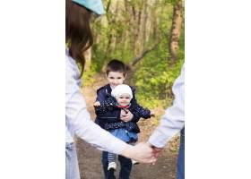 快乐的父母带着孩子在大自然中_4758751