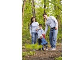 快乐的父母带着孩子在大自然中_4758752