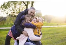 快乐的父母带着孩子在大自然中_4758783