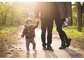 快乐的父母有孩子在大自然中_4758793