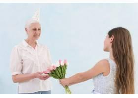 快乐的老妇人收到孙子送的一束郁金香花_4929790