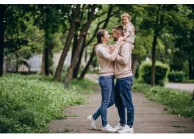 年轻的家庭带着他们年幼的孩子在公园里_4758344
