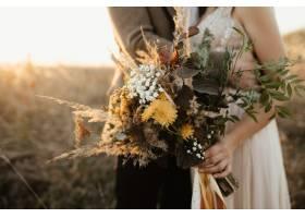 新娘手中的一束美丽的野花_4563898