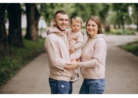 年轻的家庭带着他们年幼的孩子在公园里_4758333