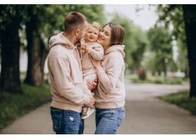 年轻的家庭带着他们年幼的孩子在公园里_4758334