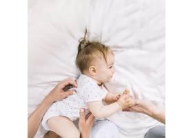 早晨躺在床上的婴儿_4795479