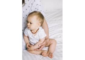 早晨躺在床上的婴儿_4795490